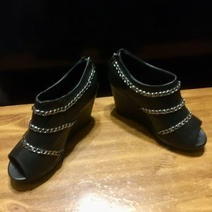 ❌SOLD❌Torrid Peep Toe boots w chain accent black